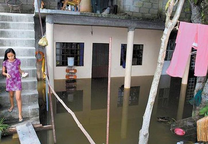 Patio de una casa afectada, donde sus habitantes deben usar tablas para cruzar. El 80 por ciento del territorio tabasqueño es vulnerable a padecer inundaciones(Jorge Carballo/Milenio)