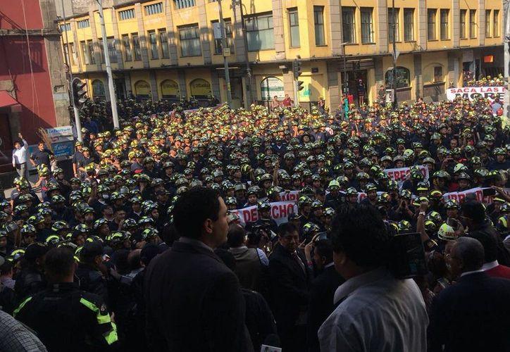 Más de 2 mil bomberos se manifiestan afuera de las instalaciones de ALDF. (Foto: El Financiero)