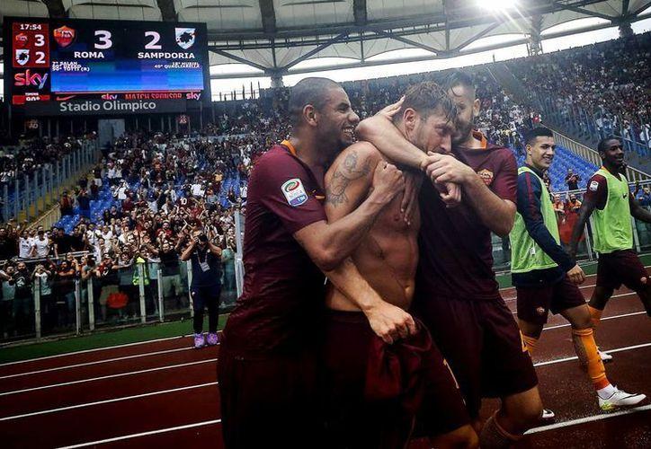 A dos días de cumplir los 40 años, Francesco Totti alcanzó los 250 goles en la Serie A de Italia, equipo con el que ha jugado toda su carrera. (AP/Angelo Carconi)