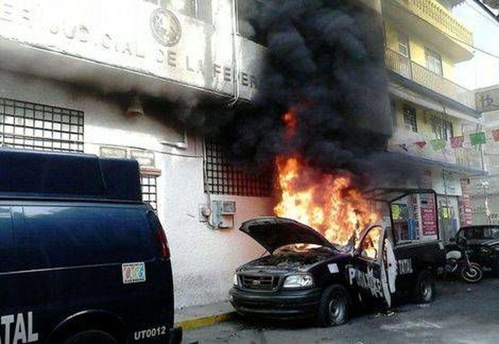 La patrulla UT011 de la Policía de Guerrero quedó calcinada en pocos minutos. (Milenio)