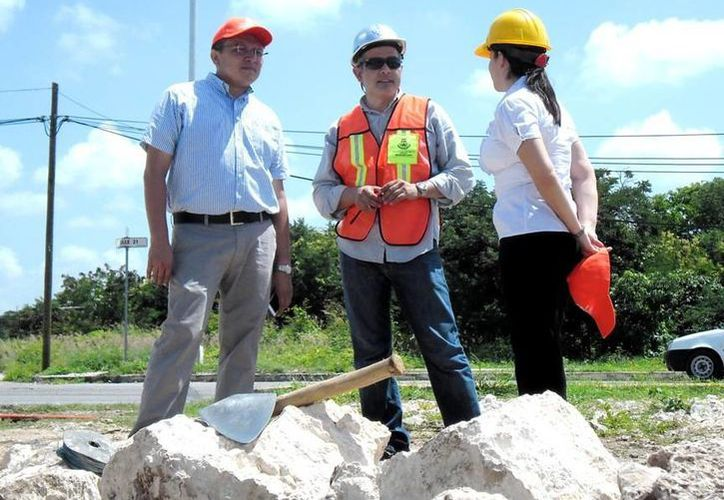 Los regidores Juan Barea Canul (i) y Mireille Morales Estrada en recorrido por una obra del Ayuntamiento de Mérida. (Cortesía)