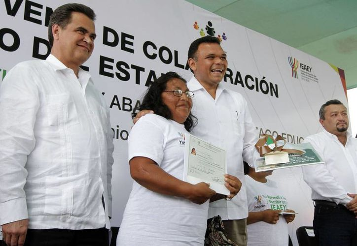 El gobernador de Yucatán, Rolando Zapata Bello, abraza a una beneficiaria de los programas de alfabetización. (SIPSE)