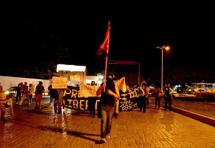 """Los jóvenes caminaron desde una zona de """"El Crucero"""", hasta el Palacio Municipal. (Victoria González/SIPSE)"""