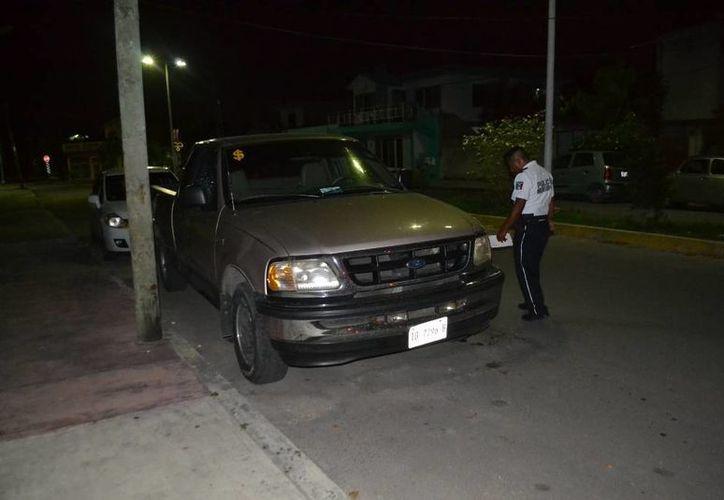Intentaron robar al interior de una camioneta, a la cual le rompieron el cristal del lado del conductor. (Redacción/SIPSE)