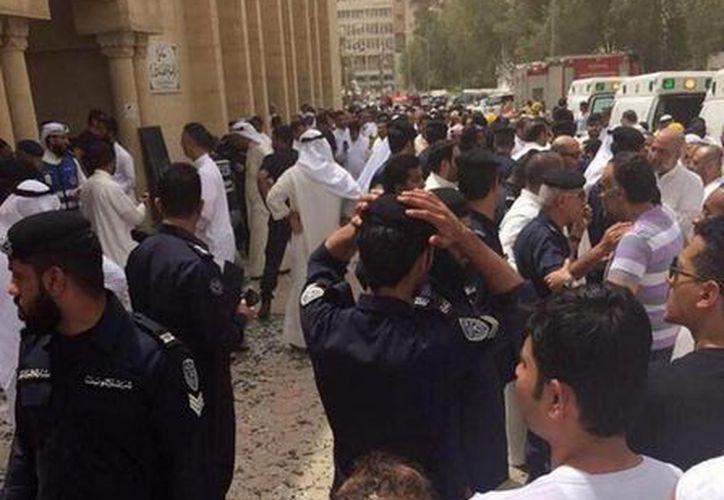 Esta imagen proporcionada por la agencia de noticias Kuwaitna, muestra los momentos después de la explosión mortal en una mezquita chií en la ciudad de Kuwait el día de hoy viernes. (Kuwaitna Noticias a través de AP)