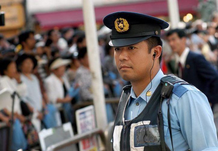 Un agente de policía vigila en una calle de Tokio, Japón. (Archivo/EFE)