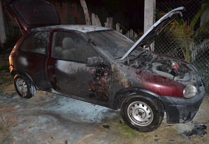 El incendio del automóvil fue sofocado por los bomberos. (Cortesía)