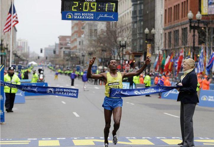 El corredor etiope Lelisa Desisa ganó la edición 2015 del Maratón de Boston. En 2013, también triunfó, pero el atentado terrorista opacó su victoria. (AP)