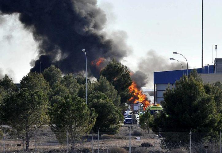 Dos pilotos han fallecido y otras diez personas han resultado heridas -seis de gravedad- al estrellarse un avión F-16 griego en la base aérea de Los Llanos, Albacete. (EFE)