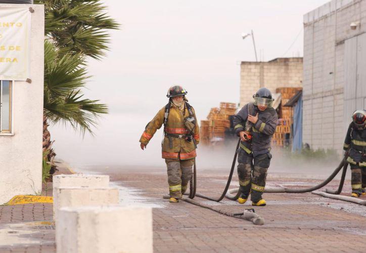 Bomberos municipales y Protección Civil trabajaron en conjunto para evacuar a la población. (La Jornada)