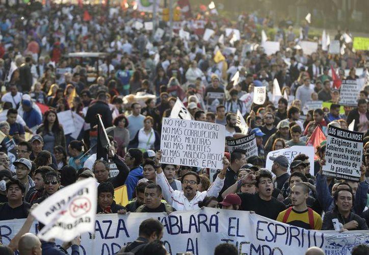 Desde el anuncio del aumento al precio de la gasolina, se han registrado diversas protestas en el país contra el gobierno de Peña Nieto. (AP/Rebecca Blackwell)
