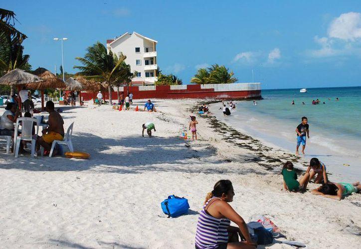 Alumnos cancunenses disfrutan en las playas de Puerto Juárez. (Tomás Álvarez/SIPSE)