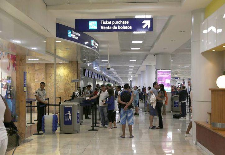 Empresas como Volaris, VivaAerobus, Aeromexico, Interjet y Magnicharters, que realizaron 31 vuelos, entre la capital del país y Cancún. (Israel Leal/SIPSE)