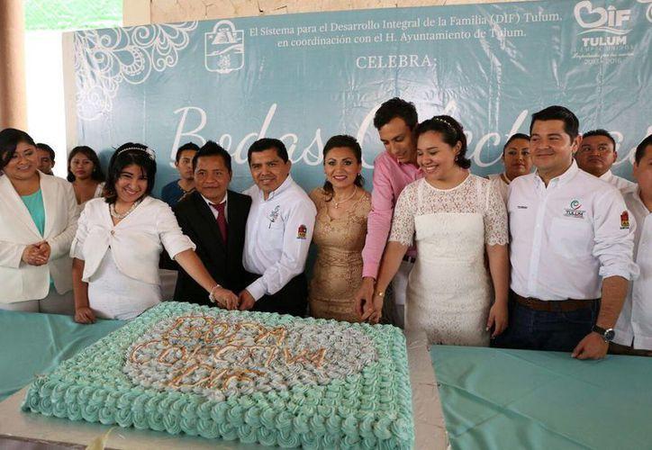 La ceremonia civil fue encabezada por el presidente municipal, David Balam Chan y su esposa Evangelina Poot. (Redacción/SIPSE)