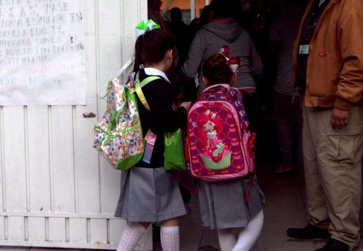 El excesivo peso en las mochilas escolares es cada vez más frecuentes, y por lo tanto las lesiones de los estudiantes. (Notimex)