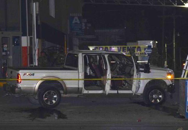 Imagen de la camioneta Ford donde trataban de escapar los supuestos delincuentes, en Tamaulipas. (elmanana.com)