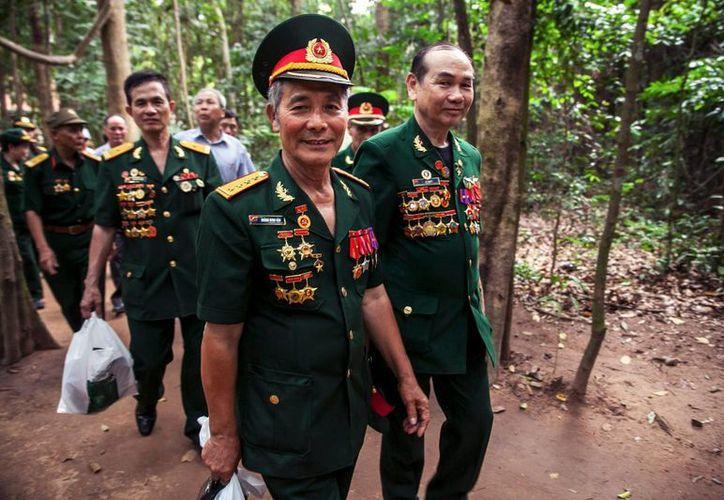 Un veterano vietnamita, Hoang Minh Hau (2-d), visita los túneles de Cu Chi, en Ho Chi Minh, Vietnam. (EFE)