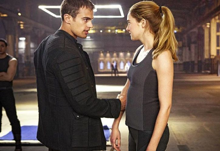 Shailene Woodley y Theo James, protagonistas de 'Divergente', contaron que en la secundaria fueron algo divergentes pues andaban de grupo en grupo tratando de encajar entre sus compañeros. (Facebook/Divergent Movie)