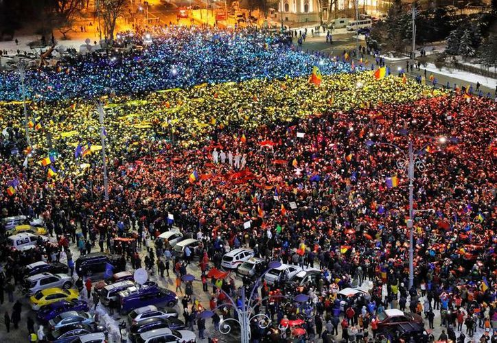 En la capital, Bucarest, y otras cuatro grandes ciudades rumanas se registraron sendas movilizaciones contra el gobierno. (AP/Vadim Ghirda)