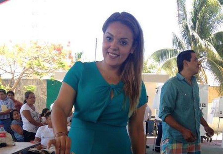 La candidata llegó al domo de la colonia Ejidal para votar. (Adrián Barreto/SIPSE)
