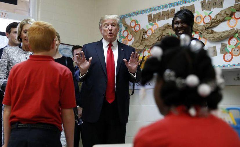 Trump asegura que pedirá a los legisladores una ley educativa para los jóvenes desfavorecidos, pero no ofreció detalles. (AP/Alex Brandon)
