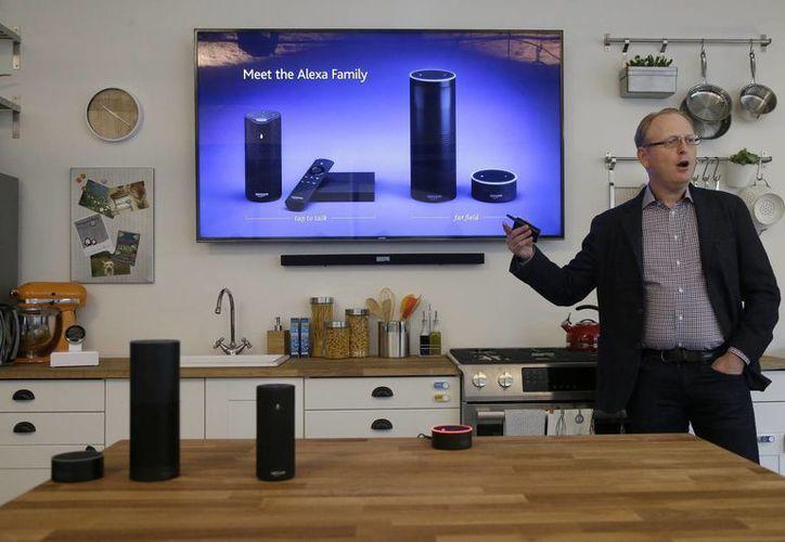 David Limp, vicepresidente de dispositivos en Amazon, habla de la línea de dispositivos Alexa en San Francisco. (Agencias)