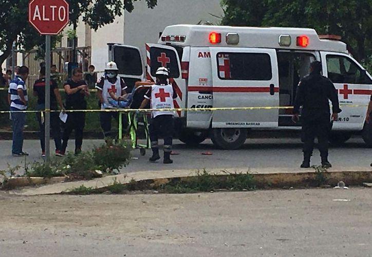 Paramédicos de la Cruz Roja, subieron a la mujer herida a la ambulancia, para trasladarla de inmediato al Hospital General.