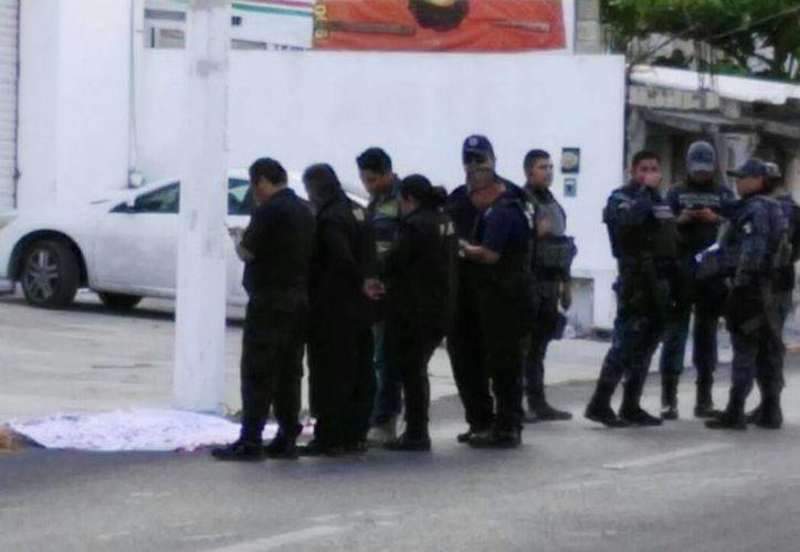 El cuerpo de un sujeto herido y cubierto con una sábana en la Supermanzana 64 de Cancún movilizó a los cuerpos policíacos ayer. (Redacción/SIPSE)