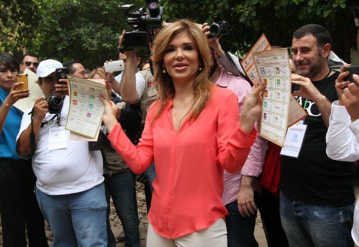 Imagen de Claudia Pavlovich Arellano luego de emitir su voto el pasado 7 de junio. La gobernadora electa fue sometida a una operación este domingo para extirparle la vesícula biliar. (Archivo/Notimex)
