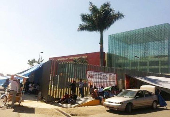 Profesores disidentes instalaron su campamento en la parte exterior del edificio e impiden la entrada y salida del personal. (Óscar Rodríguez/Milenio)