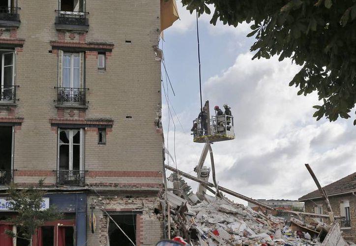 Las autoridades indicaron que no están seguras sobre las causas que ocasionaron el derrumbe del edificio, ubicado cerca de la capital francesa. (EFE)