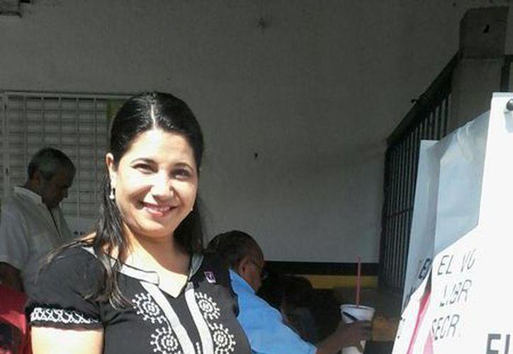 La candidata a diputada Raquel Lizama, del Partido Humanista se presentó a votar en la casilla 008. (Lara Alfaro/SIPSE)