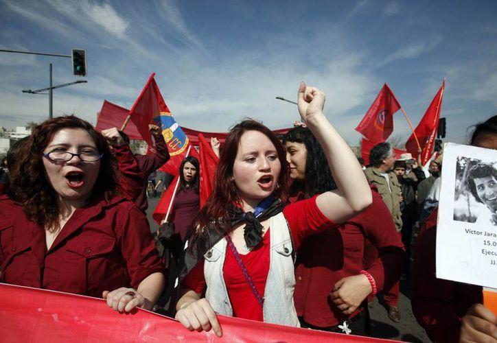 Cientos de chilenos conmemoraron el 40 aniversario del golpe de Estado que derrocó a Salvador Allende. (Agencias)