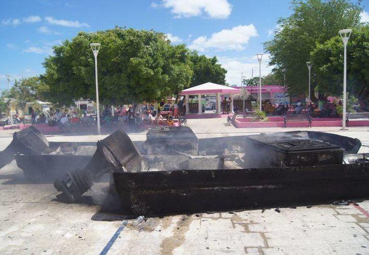 Las quejosas quemaron las naves en la plaza principal.