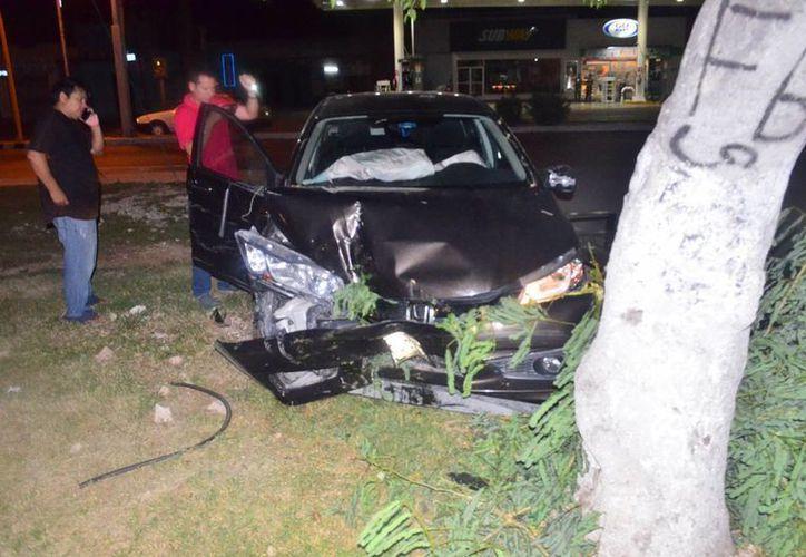 El Honda Civic terminó impactado contra un árbol. (Milenio Novedades)