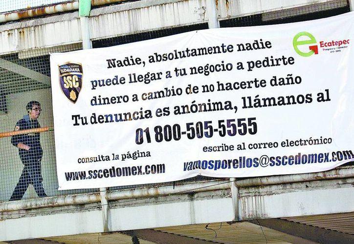 Las mantas fueron colocadas en puentes de avenidas principales en el Estado de México. (Milenio)