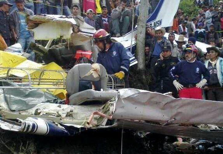 Fotografía cedida por el Departamento de Bomberos de Guatemala en la que se registró el trabajo de los socorristas que atendieron el accidente aéreo. (EFE)