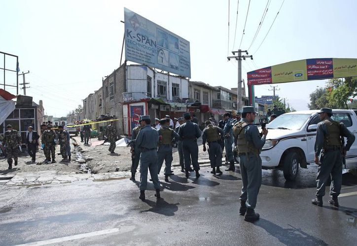 Las fuerzas de seguridad de Afganistán inspeccionan el sitio de un ataque suicida cerca del aeropuerto internacional de Kabul, Afganistán. (Agencias)