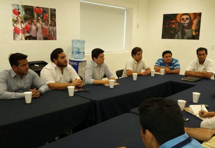 Representantes de asociaciones civiles en reunión con autoridades del Ayuntamiento de Mérida. (SIPSE)