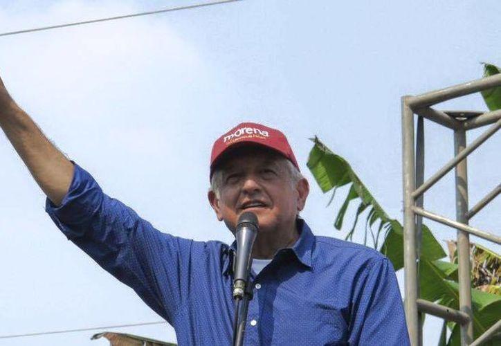 Andrés Manuel López Obrador calificó de corruptos a los consejeros del INE por suspender el spot y advirtió que realizará otro. (facebook.com/lopezobrador.org.mx)