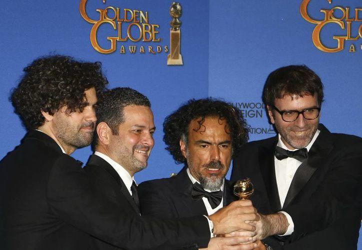 Alejandro González Iñárritu (segundo desde la derecha), quien ganó dos Globos de Oro este domingo gracias a 'Birdman', ahora aspira a ganar el premio a Mejor cineasta, según el Sindicato de Directores de EU. (Notimex)