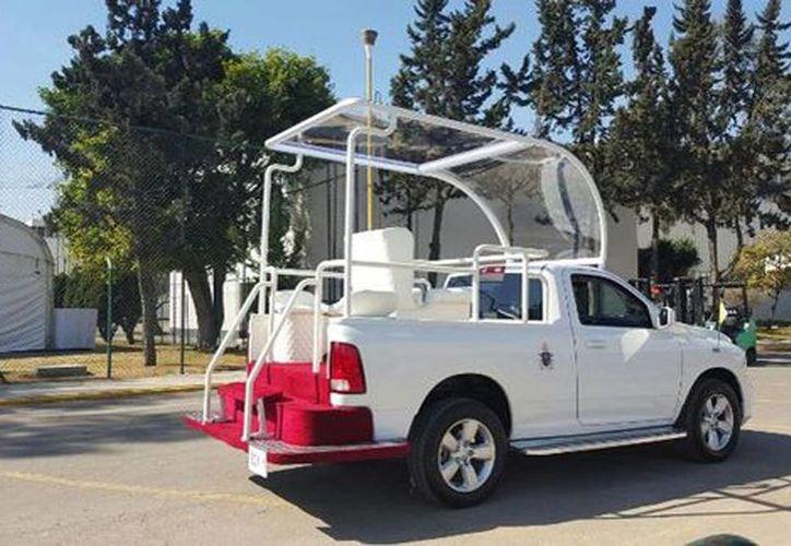 Imagen de una de las tres camionetas Dodge Ram que utilizó el papa Francisco en su visita a México. (Liliana Padilla/Milenio)
