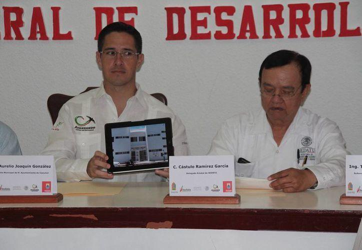 El alcalde Aurelio Joaquín González y Cástulo Ramírez García, delegado de Sedatu. (Julián Miranda/SIPSE)