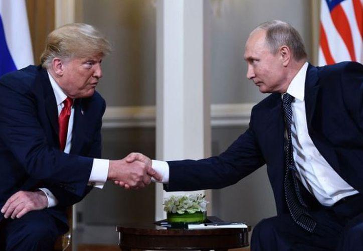 """Pocas horas antes de la cumbre, Trump afirmó en un sorprendente tuit que las tensas relaciones entre Washington y Moscú se deben a """"la caza de brujas"""" del FBI. (AFP)"""