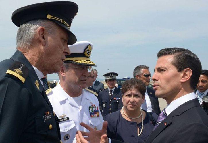 El Presidente de México acompañado de los secretarios de la Defensa, Salvador Cienfuegos, y de Marina, Vidal Soberón Sanz, en Marsella, Francia. (presidencia.gob.mx)