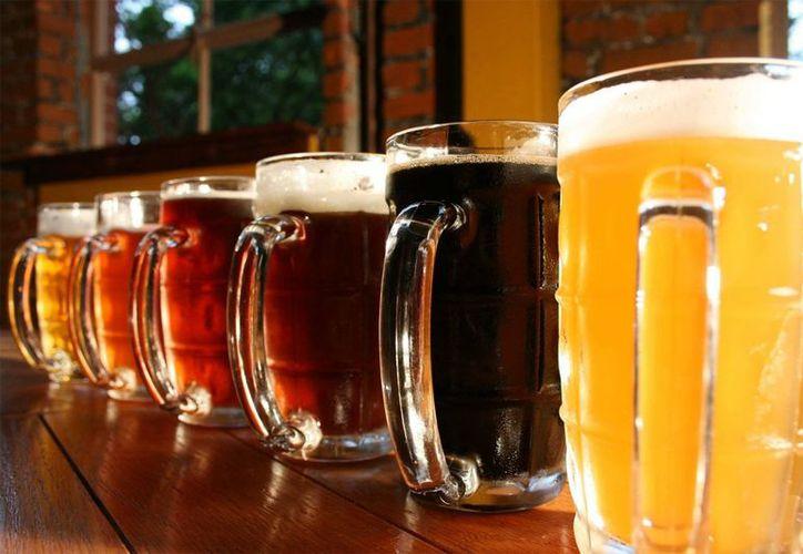 En ocasiones cuando bebemos cerveza la dejamos en la mesa y al poco rato nos percatamos de que no sabe igual. (Contexto/Internet).