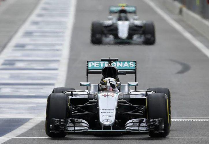 Lewis Hamilton superó en las prácticas al alemán Nico Rosberg, quien se encuentra en el liderato de la Fórmula Uno, a falta de la última carrera del año.(Luca Bruno/AP)