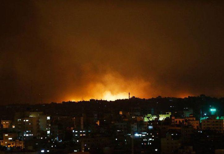 Los ataques de Israel en la Franja de Gaza continuaron el sábado; tras 12 días de ofensiva israelí, los palestinos aseguran que han muerto 342 personas, incluidos niños y hasta bebés. La imagen es de la Ciudad de Gaza. (AP)