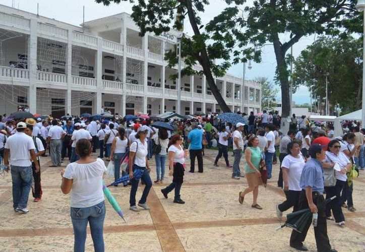 Los maestros rodean el Palacio de Gobierno. (Foto: @alberto_mex)