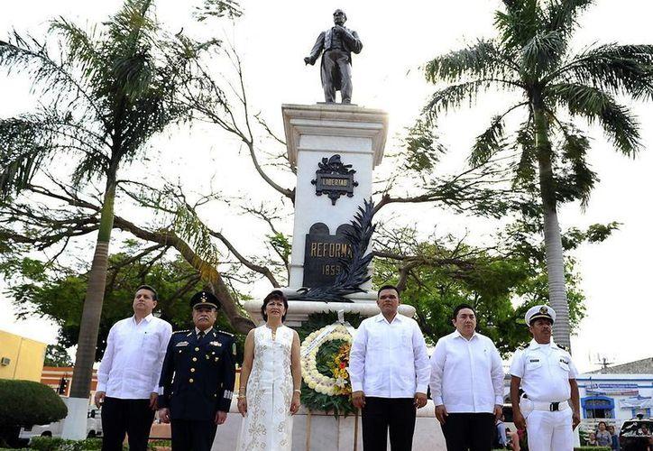 El homenaje a Benito Juárez se realizó en el parque Vicente María Velázquez del barrio de San Juan. (Cortesía)